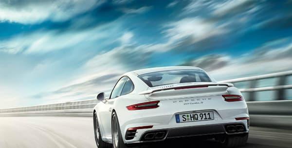 La 911 Turbo embarque un six-cylindres à plat 3.8 de 580 chevaux (le 0 à 100 est avalé en 2,9 secondes).