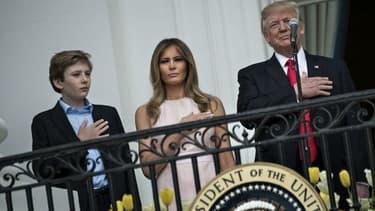 Donald et Melania Trump, accompagnés de leur fils Barron, à la Maison Blanche le 17 avril 2017