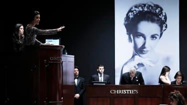 Une robe Dior d'Elizabeth Taylor a été adjugée à 362.500 dollars mercredi soir lors de la vente aux enchères à New York de la collection de l'actrice disparue en mars. /Photo prise le 14 décembre 2011/REUTERS/Carlo Allegri