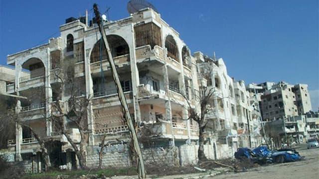 Maisons détruites à Homs, en Syrie. Des chars de l'armée syrienne ont bombardé des quartiers de la ville vendredi, faisant au moins neuf morts, selon des militants, alors que les autorités de Damas s'apprêtent à recevoir samedi l'émissaire de l'Onu et de