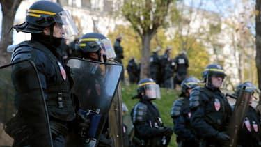 Des policiers le 2 novembre 2014 place Stalingrad à Paris, à l'occasion d'une manifestation en hommage à Rémi Fraisse.