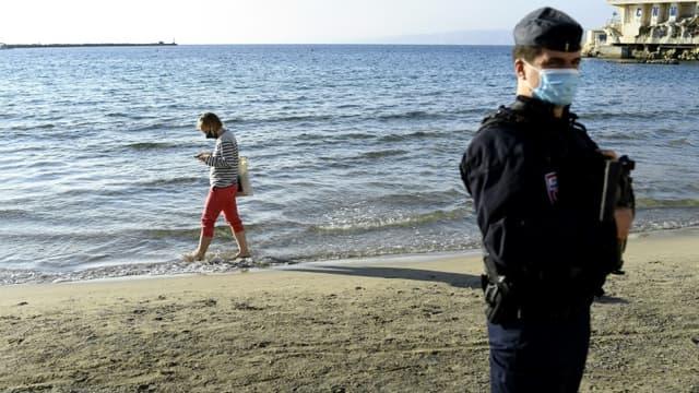 Un policier patrouille sur une plage quasi déserte de Marseille, le 31 octobre 2020