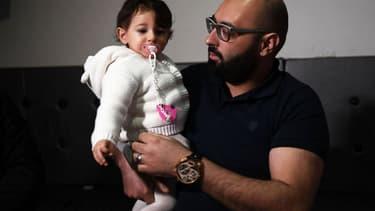 Le père de Marwa avec sœur jumelle, Safa.