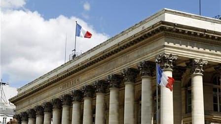 Les Bourses européennes ont accentué leur rechute lundi en clôture, dans un climat d'inquiétudes croissantes concernant la crise de la dette euro et de craintes de retombée en récession aux Etats-Unis. Le CAC 40 a fini en baisse de 4,73% à 2.999,54 points