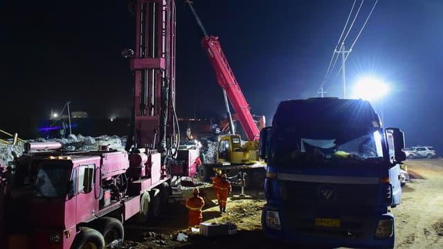 Des sauveteurs travaillent sur le site d'une explosion d'une mine d'or où 22 mineurs sont piégés sous terre à Qixia, dans la province du Shandong, dans l'est de la Chine, le 12 janvier 2021.