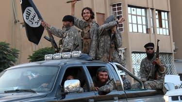 Des images diffusées le 30 juin 2014 montrent des jihadistes de l'Etat islamique parader dans les rues de Raqqa, en Syrie.
