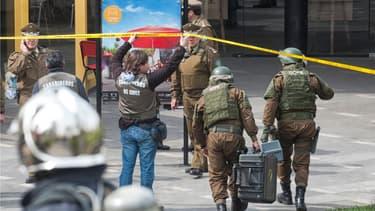 La police chilienne s'active sur les lieux du drame, à Santiago du Chili.