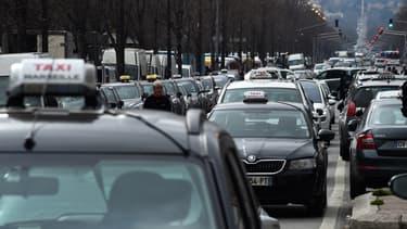 Le gouvernement a dévoilé ses pistes pour indemniser les licences de taxis dont la valeur est passée de 240.000 à 120.000 euros depuis 2013.