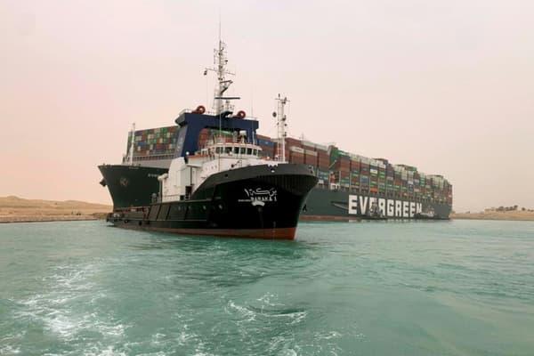 Le porte-conteneurs Ever Given, déporté par une rafale de vent, s'est échoué dans le Canal de Suez le 24 mars 2021