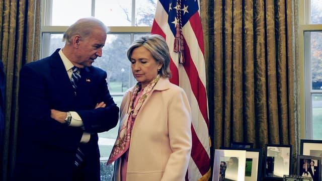 Hillary Clinton et Joe Biden, s'entretenant ici dans le Bureau Ovale d'Obama, pourraient s'affronter pour prendre sa place.
