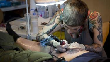 Un client se fait tatouer lors du Mondial du Tatouage, en 2015 à Paris.