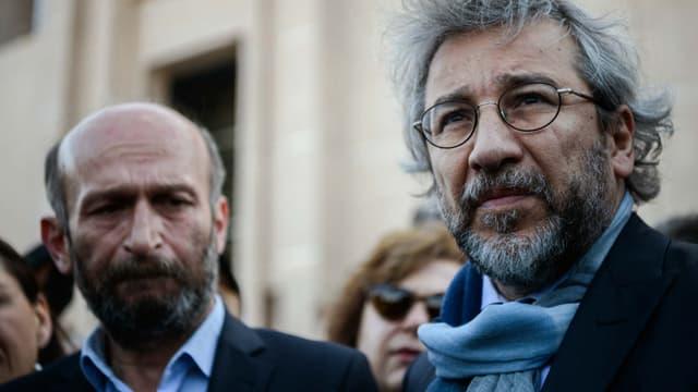 Le journaliste Can Dündar (à droite), ici le 1er avril 2016, a échappé à une attaque à main armée devant le tribunal où il est jugé. (Photo d'illustration)