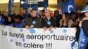 Manifestation du personnel de sureté à l'aéroport Charles-de-Gaulle à Roissy, en région parisienne. Les agents de sécurité ont reconduit pour jeudi leur grève dans les aéroports après le blocage des discussions avec les médiateurs nommés par le gouverneme