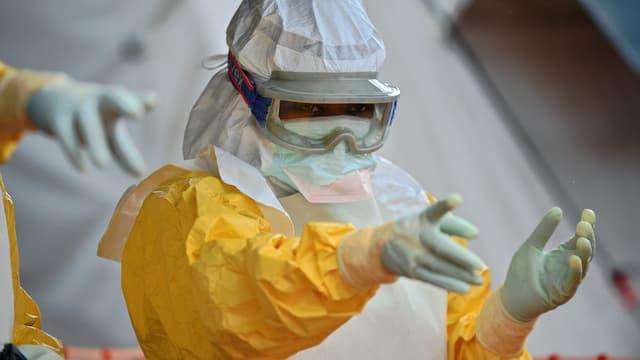 Un médecin de MSF au Sierra Leone dans un centre de traitement contre Ebola, image d'illustration.