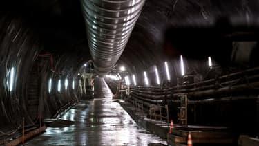 Les ouvriers creusent un tunnel pour la future ligne entre Lyon et Turin.