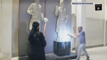 Des membres de Daesh saccagent des oeuvres dans le musée de Mossoul, en Irak, sur des images de propagande diffusées fin février 2015.