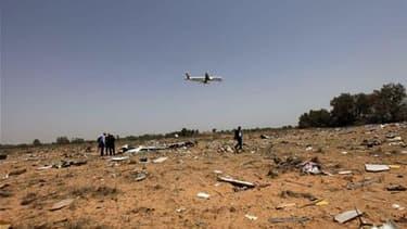 Sur le site du crash de l'Airbus A330-200 le 12 mai dernier à Tripoli. La commission d'enquête libyenne sur l'accident de cet avion à son atterrissage n'a décelé aucun signe de défaut technique de l'appareil avant le crash, selon un rapport préliminaire p