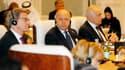 """Laurent Fabius, lors de la réunion des ministres des Affaires étrangères du groupe des pays """"amis de la Syrie"""" à Doha, au Qatar. Les diplomates ont sommé l'Iran et le Hezbollah libanais de cesser d'intervenir dans le conflit syrien. /Photo prise le 22 jui"""