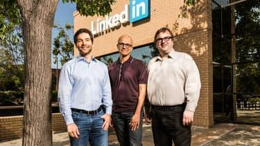 Satya Nadella, Pdg de Microsoft entouré de Jeff Weiner, fondateur et directeur-général de LinkedIn et Reid Hoffman président du conseil d'administration.