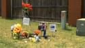 A l'endroit où Chris Lane a été abattu, ses proches ont déposé des fleurs et un drapeau australien.