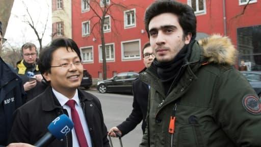 Anas Modamani et son avocat Chan-jo Jun vont au tribunal de Wurtzbourg (centre) le 6 février 2017