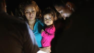 Une mère et sa fille, originaires du Honduras, à la frontière entre les Etats-Unis et le Mexique, le 12 juin 2018.