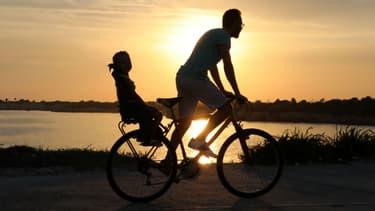 Si 29% des Français feront du vélo cet été, peu connaissent les règles du code de la route qui s'appliquent aux cyclistes.