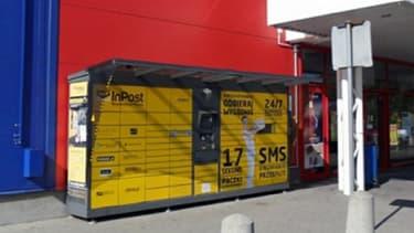 Un casier InPost devant un magasin Tesco.