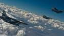 Des chasseurs F-16 volant en formation.