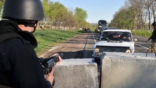 Les routes menant à Slaviansk, bastion d'insurgés pro-russes, sont gardées par l'armée.