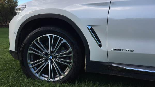 Le X3 joue les sportifs, grâce à une stricte répartition des masses 50/50 entres les essieux avant et arrière. BMW ne propose par ailleurs de série que des jantes 18 pouces minimum, et grimpe jusqu'à 21 pouces.