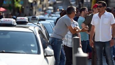 Le ton est monté avec la relax d'un chauffeur Uber Pop et la suspension d'un arrêté qui réservait aux taxis et bus une voie de l'autoroute A1, entre l'aéroport Roissy et Paris.