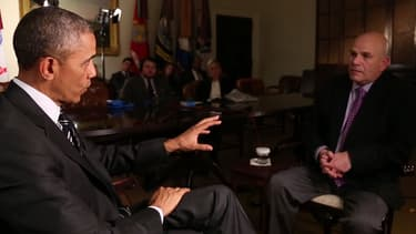 """Barack Obama interviewant David Simon, créateur de la série """"Sur écoute""""."""