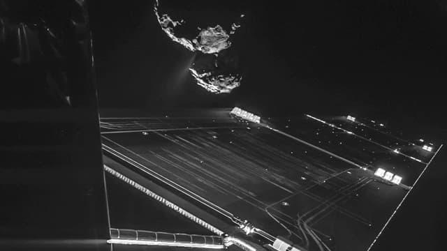 Photo prise depuis l'appareil photo de Philae, à une distance d'environ 16 kilomètres de la surface de la comète 67P/Churyumov–Gerasimenko, le 15 octobre 2014.