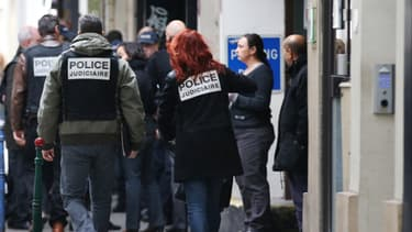 """Des policiers devant les locaux de """"Libération"""", lundi."""