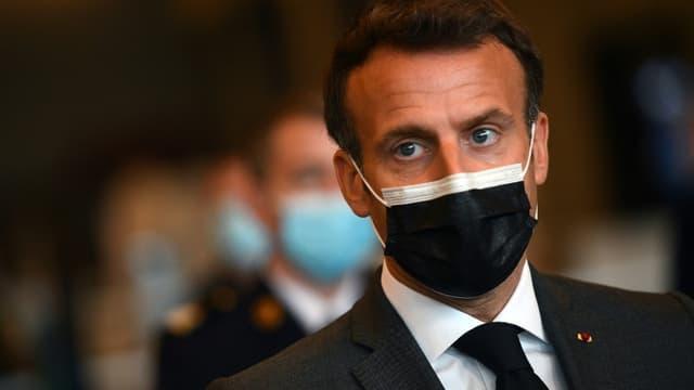 Le président Emmanuel Macron visite un centre de vaccination contre le Covid-19 à Paris le 6 mai 2021