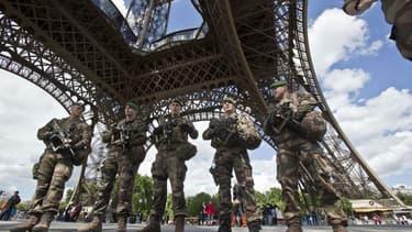 Des militaires de l'opération Sentinelle au pied de la Tour Eiffel le 20 mai 2017 (photo d'illustration)