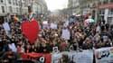 Des dizaines de milliers de partisans du mariage homosexuel et de l'adoption par les couples de même sexe ont manifesté dimanche à Paris pour inciter les députés socialistes à tenir bon face à la mobilisation des opposants au projet de loi. /Photo prise l