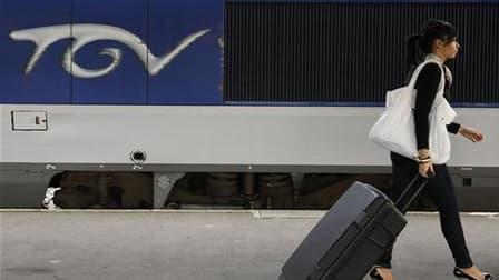 La SNCF a célébré samedi soir à la gare de Lyon, à Paris, les 30 de son TGV et devait dévoiler les nouvelles couleurs de son train vedette. /Photo d'archives/REUTERS/Stéphane Mahé