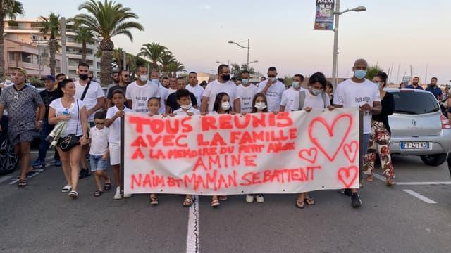 Ils étaient près de 700 ce vendredi soir à Fréjus, pour rendre hommage à la famille renversée la semaine dernière dans cette commune du Var.