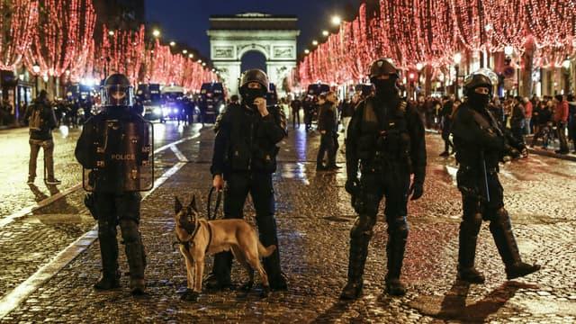 Forces de police sur les Champs-Elysées, pour la manifestation des gilets jaunes du 22 décembre 2018.
