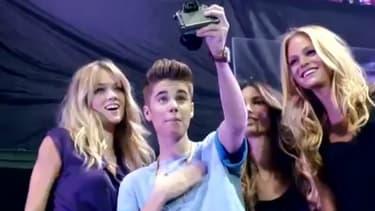 Justin Bieber entouré des mannequins de Victoria Secret.