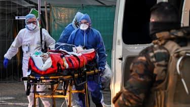 Un transfert de patient assuré avec le soutien de l'armée.