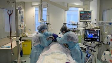 Un malade du Covid est pris en charge à l'unité des urgences à l'hôpital Nord de Marseille le 2 février 2021