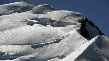 Un alpiniste sud-coréen de 34 ans, disparu depuis dimanche à plus de 4.300 mètres d'altitude dans le massif du Mont Blanc, était toujours recherché lundi après-midi par les secouristes en montagne