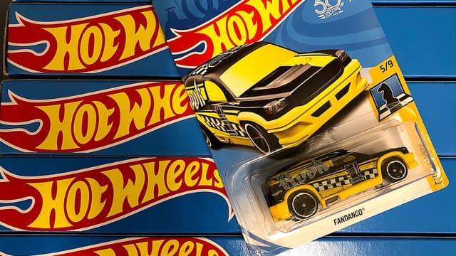 Une petite voiture Hot Wheels de Mattel.