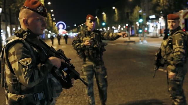 Des soldats le soir de l'attentat des Champs-Elysées, le 20 avril 2017.