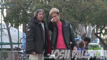 Josh (à droite) montre à Thomas où est située la caméra qui l'a suivi, dès leur rencontre.