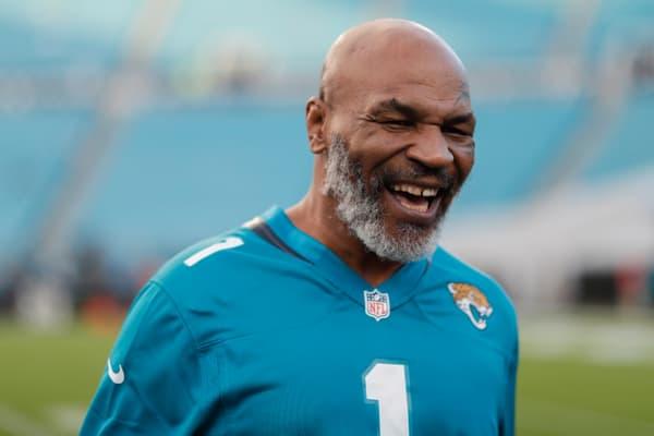 Mike Tyson tout sourire en septembre 2019 à l'occasion d'un match NFL entre les Jacksonville Jaguars et les Tennessee Titans