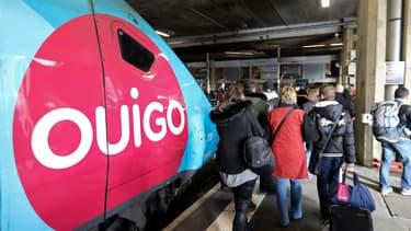 Des voyageurs descendent d'un TGV Ouigo.